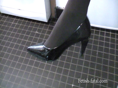 48732 - woman in sexy tights that shows off her feet with shoes