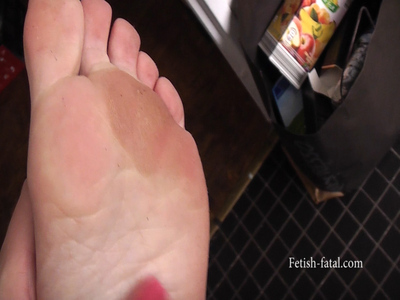 51391 - Claire cleans the dirty floor of his kitchen barefoot, his feet are very dirty!