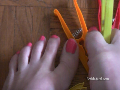 51855 - Natalia catches clothespins with his two beautiful sexy feet !!