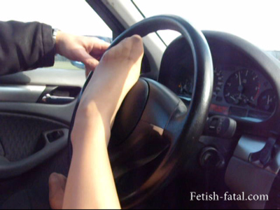 49689 - She plays with his feet in the car with the driver