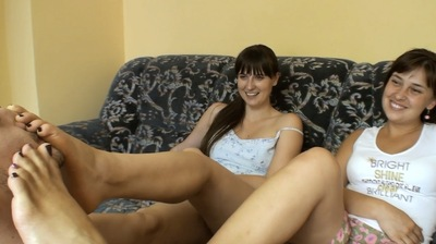 66109 - GIRLS FOOT DOMINATE THEIR SLAVE - BAREFOOT PART