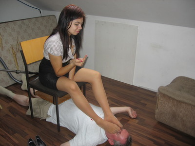 35454 - Livesession with a footslave!